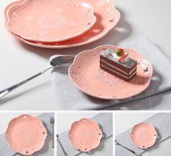 Наиболее востребованных раунда рельефным розового цвета керамические пластины с ужином