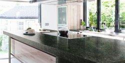 Vendita all'ingrosso Pre-fabbricato quarzo/marmo Bianco/Nero/Grigio pietra da banco Ubatuba Green Granite Kitchen Tessere di vanity per lo sguizzo