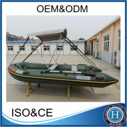Sports d'eau des bateaux de pêche gonflable avec de petits moteurs hors-bord