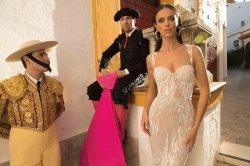 Nuova cinghia di spaghetti del V-Collo Bridal Vestido De Noiva Shiny che Wedding il vestito da cerimonia nuziale Backless della spiaggia
