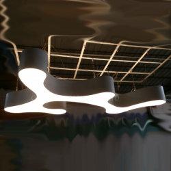 Interior blanco cine moderno y suave luz colgante lámpara de araña con TIRA DE LEDS en el Bar Lounge
