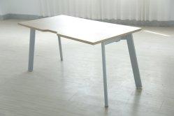 安い金属フレームの木の表面の上の鋼鉄オフィス・コンピュータの表か机