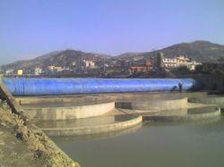뜨거운 세일! 물이 고무 댐에 가득 찬 모습