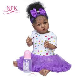 NPK 55cmの完全なボディSaskiaの柔らかいシリコーンか柔らかい布ボディ手はPaitingの手によって定着させた毛のアフリカ系アメリカ人の赤ん坊を詳しく述べた