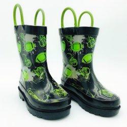 I ragazzi caricamenti del sistema di pioggia esterni verdi dei capretti di gioco del calcio o di rugby impermeabilizzano i caricamenti del sistema di gomma