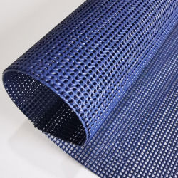 تستخدم جيزي الأقمشة الملتفة بالأقمشة النسيجية ومواد الطباعة ببطانة البوليستر لصنع فساتين الحرير، والأرائك، والستائر، والأثاث، وأوراق السرير