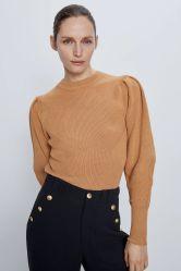 여자는 Ribbed 너무 크은 디스트리뷰터 스웨터 형식 옷을 모양 짓는다