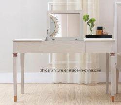 Античная домашняя мебель составляет таблицу дрессера с ящиком