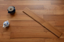 Iroko의 활엽수 천연 목재 엔지니어드 바닥재 다층(Multi Layers)을 사용한 실내 어두운 색상의 바닥