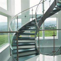 تصميم حديث وسلم زجاجي منحنٍ من الداخل مع رباط زجاجي مقسّى