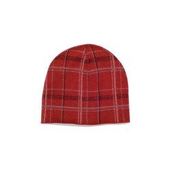 冬の黒いラベルの編む帽子が付いている暖かく明るく黄色いニットの帽子の帽子