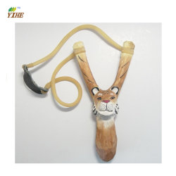 손으로 새겨지고 그려지는 사랑스러운 목제 동물을%s 가진 목제 기술 Slingshot