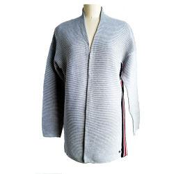 Le signore spesse della banda di inverno e di autunno hanno lavorato a maglia le donne lunghe del cardigan che lavorano a maglia il colore di Contrat in maglione laterale dell'aggraffatura