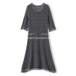 Form-Damen strickten langes Kleid mit fantastischen Muster-Strickjacken
