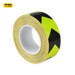緑と黒の矢印反射テープ