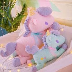 La nuova bambola del cuscino della stretta dell'unicorno di duo del fumetto poca bambola del presente di compleanno del cavallo del dio dei bambini della bestia