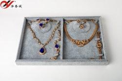 Серым бархатом поверхность украшения дисплей лоток для ожерелья в двойной стек