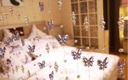 ガラス製の蝶のカーテンが飾られている