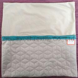 手によってかぎ針で編まれる綿の糸はくり抜く居間のソファーのクッションを編む