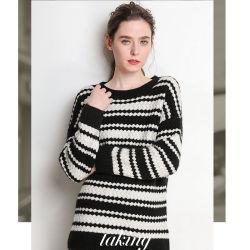 Chandail de laine noir et blanc en caractères gras de la laine