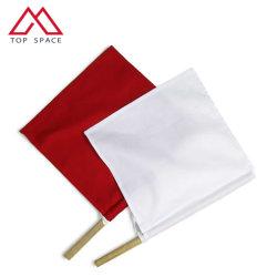 Горит красный символ руки белого цвета развевается флаг с деревянными полюс