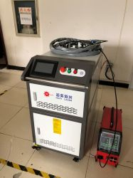 A la main sur le fil machine à souder au laser tube carré en acier inoxydable de Soudage Laser 1500W