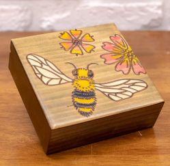 نحلة مع زهور صنشاين أصفر وبني 5 × 5 صندوق تزيين خشب صلب