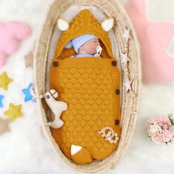 新生のアクリルケーブルの赤ん坊の覆いは編まれた幼児の赤ん坊の寝袋を包む
