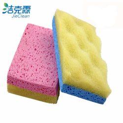 Una esponja de celulosa, productos de limpieza de cocina