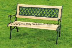 鋳鉄および木が付いている屋外のベンチ