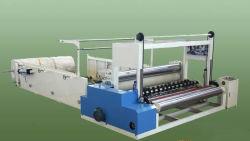 Le papier hygiénique papier rembobinage de la machine avec la perforation et le gaufrage