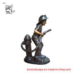De Jongen van het brons met een Fontein bfd-44 van het Water van de Brandkraan van de Hoed