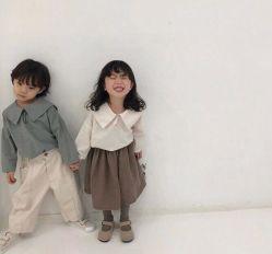 日本の韓国の赤ん坊の綿海軍カラーTシャツのジャケットは秋に着せる