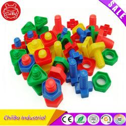 Os parafusos e porcas de plástico de blocos de construção de brinquedos para crianças