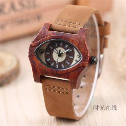 2017 Bois Rouge rétro regarder les yeux de la conception créative Unique Hommes Femmes horloge en bois naturel à la main en cuir véritable cadeau unisexe -V215