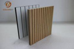 Ranhuras de madeira que absorve o som do painel de parede