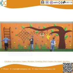 아이들이 재미난 나무 등반을 할 수 있는 작은 정원 벽 프레임