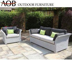 Внутренний дворик в саду у бассейна курорта обставлены мебелью раттан плетеной Sun шезлонге один двойной диван,