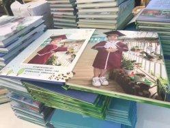 두꺼운 표지의 책 사진 책을 인쇄하는 직업적인 공장에서 학생 졸업생