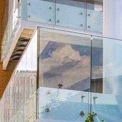 SS304 de Vangrail van het Winkelcomplex van Frameless van het roestvrij staal met 21.52mm ultra Duidelijk Glas Lami
