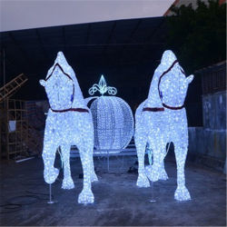 クリスマスの照明が付いている馬が引くキャリッジ