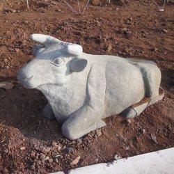 El jardín está decorado con esculturas al aire libre de vaca Hand-Carved