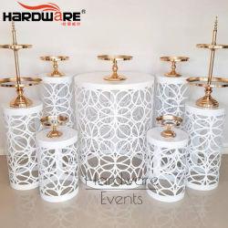 使用される結婚式のイベントは白い鉄の金属の花の柱を切り分ける