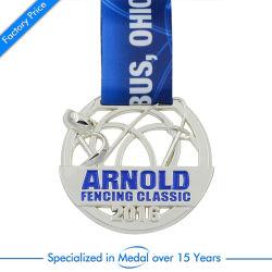 カスタム中空金属銀フェンシング Medal Sports Toy Zinc Alloy Brooch