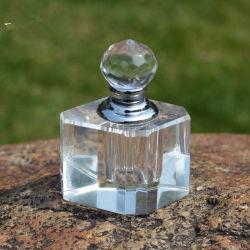 透過水晶簡単な香水瓶の切口によって彫面を切り出されるガラスクラフト