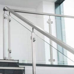 На заводе оптовая OEM ODM из нержавеющей стали Baluster Balustrade лестницы поручень палубы балкон ограды из закаленного стекла лестницы стоек поручни