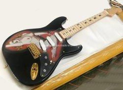 El negro St guitarra eléctrica con el patrón de belleza, el Hardware de oro