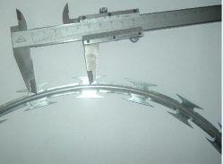 Bto 22 Elektrische die Diameter 45cm van de Rol Galvnaized het Prikkeldraad van het Scheermes als Gevangenis wordt gebruikt beschermt Omheining