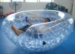 Sfera mezza dei Cochi che fa galleggiare la sfera gonfiabile di Zorb