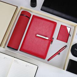 Dievan het Bedrijfs notitieboekje van het Leer van de Kantoorbehoeften van het bureau Gift met Fles & Pen wordt geplaatst